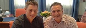 Peter van Dalen (rechts) bij de ondertekening van het contract met honkballer Tom de Blok.