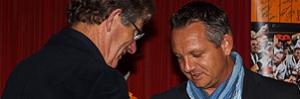 Steve Janssen ontvangt de onderscheiding van Frits Mulder