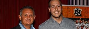 Kevin Heijstek met bondscoach Steve Janssen na de uitreiking van zijn prijs voor beste pitcher.